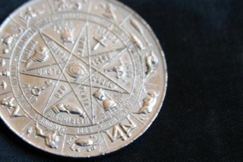 Absurds un manipulēšana: zodiaka zīmes, astroloģija, horoskopi