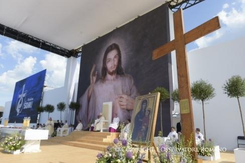 """Pāvests Francisks: """"Dzīve nav domāta, lai nonāktu ... paralizējoša kauna valgos"""""""