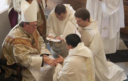 Viņš dziļi iemīlējās, pirms kļuva par priesteri